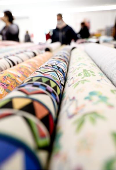 Rouleaux de tissus à motifs